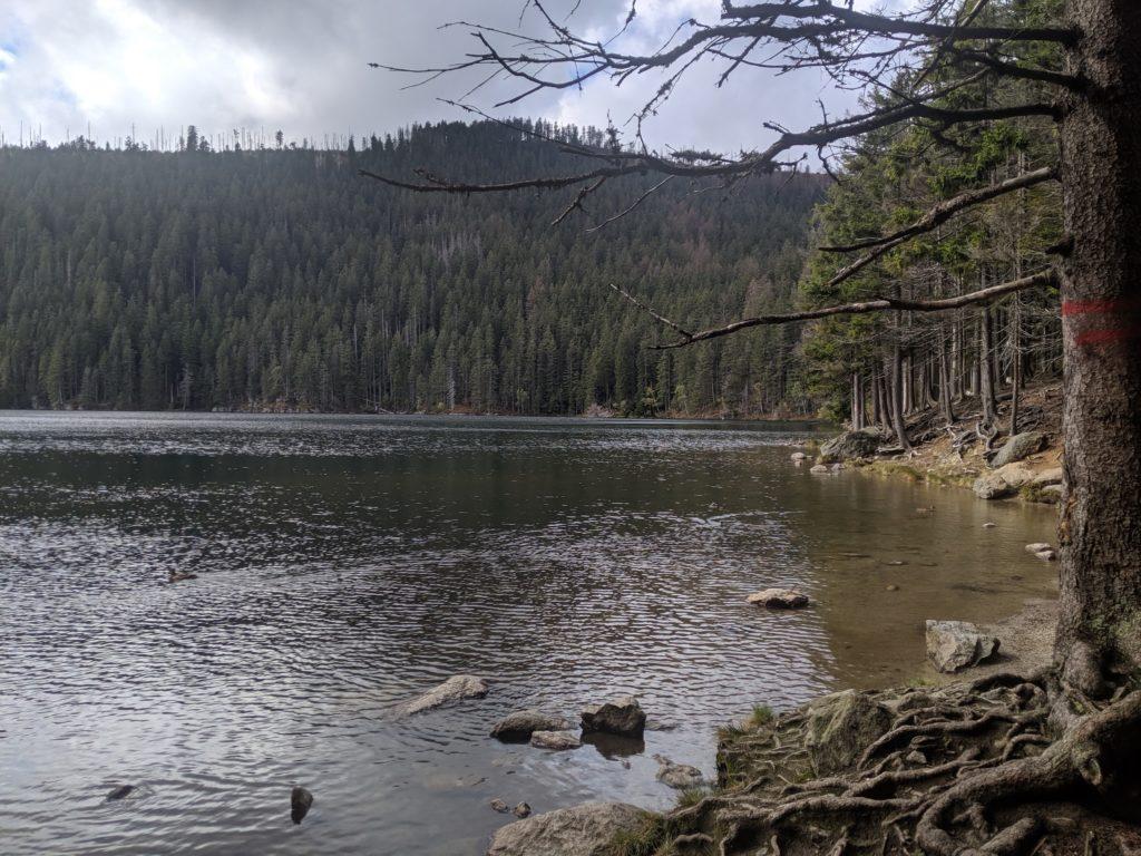 Pohled od hráze Čertova jezera